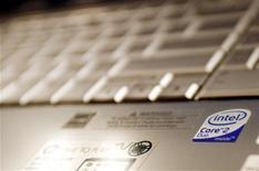 <p>El fabricante de chips estadounidense Intel Corp elevó el viernes sus pronósticos de ingresos y margen bruto para el tercer trimestre. Ahora, la compañía espera ingresos trimestrales de unos 9.000 millones de dólares, con un margen de error de 200 millones. REUTERS/Shannon Stapleton</p>