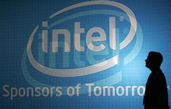 <p>Intel a relevé sa prévision de chiffre d'affaires du troisième trimestre, évoquant une demande plus soutenue que prévu de microprocesseurs et de chipsets. Il table anticipe dorénavant sur un CA de 8,8 à 9,2 milliards de dollars sur le trimestre en cours /Photo d'archives/REUTERS/Pichi Chuang</p>
