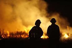 <p>Vigili dle fuoco di Los Angeles davanti all'incendio. REUTERS/Mario Anzuoni</p>