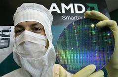 <p>Técnico da AMD posa com wafer de silício em fábrica da empresa em Dresden.</p>