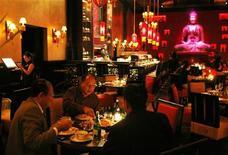 <p>Посетители ресторана Buddha в Джакарте 4 декабря 2008 года. Люди стали меньше есть в ресторанах, но зато чаще оставаться дома и самостоятельно готовить себе обеды и ужины, показало исследование, проведенное в разных странах мира консультационной компанией GfK Roper. REUTERS/Beawiharta</p>