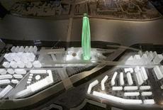 """<p>Проект офиса Газпрома от британского архитектурного бюро RMJM на выставке в Санкт-Петербурге 16 ноября 2006 года. Многие из жителей """"второй столицы"""" России, еще помнящие бомбежки и блокаду во время войны 1941-1944 годов, сейчас искренне говорят, что снова чувствуют себя под бомбами. Именно так они воспринимают планы Газпрома построить свой 400-метровый небоскреб на берегу Невы, который станет самым высоким зданием Санкт-Петербурга, архитектурная """"небесная линия"""" которого находится под охраной ЮНЕСКО. REUTERS/Alexander Demianchuk</p>"""