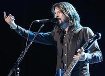 <p>Foto de archivo de Dave Grohl del grupo Foo Fighters durante la entrega de los premios Grammy en Los Angeles, 10 feb 2008. Them Crooked Vultures, el supergrupo con Dave Grohl de Foo Fighters, Josh Homme de Queens of the Stone Age y el bajista de Led Zeppelin John Paul Jones, se embarcará en su primer gira por Norteamérica en octubre. REUTERS/Danny Moloshok</p>