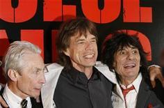 """<p>Foto de archivo. De izquierda a derecha: Charlie Watts, Mick Jagger y Ronnie Woods de The Rolling Stones a su llegada al estreno del documental """"Shine A Light"""", en Nueva York, 30 mar 2008. El baterista de The Rolling Stones, Charlie Watts, no ha renunciado a la banda, señaló una portavoz el miércoles, negando un reporte de prensa australiano. REUTERS/Lucas Jackson</p>"""