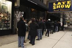 <p>Зрители стоят в очереди, чтобы попасть на съемки шоу Дэвида Леттермана в Нью-Йорке 2 января 2008 года. Бывший премьер-министр Великобритании Тони Блэр немного отдохнет от налаживания отношений между странами Ближнего Востока и примет участие в знаменитом телешоу Дэвида Леттермана, сообщил телеканал CBS в среду. REUTERS/Lucas Jackson</p>