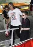 """<p>Os atores Viggo Mortensen e Smit-McPhee chegam para o festival de cinema de Veneza. A visão sombria criada pelo escritor Cormac McCarthy de um mundo pós-apocalíptico desolado em """"A Estrada"""" chegou ao cinema num filme igualmente sombrio, em que Viggo Mortensen faz um pai que luta para manter seu filho vivo.03/09/2009.REUTERS/Tony Gentile</p>"""