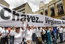 """<p>Manifestantes realizan una protesta en contra del presidente venezolano, Hugo Chávez, en una calle de Medellín, Colombia, 4 sep 2009. Miles de personas, bajo el grito unísono de """"no más Chávez"""", marcharon el viernes en las principales ciudades de Colombia para rechazar lo que denominan intervencionismo del mandatario venezolano, Hugo Chávez, en medio de la crisis diplomática entre Bogotá y Caracas. La jornada de protesta que se extendió a otras ciudades de América Latina, Estados Unidos y Europa fue organizada y convocada por colombianos a través de internet con la creación de páginas web y grupos en las redes Facebook y Twitter. REUTERS/Jose Miguel Gomez</p>"""