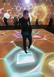 <p>Мужчина говорит по мобильному телефону на Международном форуме по нанотехнологиям в Москве 3 декабря 2008 года. Большинство людей, особенно в России и Сингапуре, не представляют свою жизнь без мобильного телефона, сообщает исследовательская фирма Synovate по итогам опроса. REUTERS/Alexander Natruskin</p>