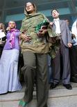 <p>Любна Хуссейн (в центре) покидает здание суда в Хартуме 7 сентября 20009 года. Жительница Судана Любна Хусейн, появившаяся на публике в брюках, была признана виновной в совершении непристойного действия, однако избежит наказания плетьми, сообщил представитель властей страны в понедельник. REUTERS/Mohamed Nureldin Abdallah</p>