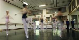 <p>Royal Academy of Dance artistic director Lynn Wallis (R) watches participants pirouette during a coaching session before the Genee International Ballet Competition in Singapore, September 6, 2009. REUTERS/Candida Ng</p>