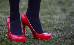 """<p>Женщина в туфлях на фестивале Cheltenham в Глочестершире 12 марта 2009 года. Когда дело доходит до модных туфелек, многие британки начисто забывают о таких понятиях как """"комфорт"""" и """"удобство"""". REUTERS/Eddie Keogh</p>"""