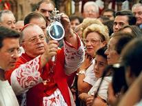 """<p>Кардинал Микеле Джордано держит в руках ампулу с кровью святого Януария на религиозных торжествах в Неаполе 19 сентября 1997 года. Страх перед вирусом """"свиного"""" гриппа H1N1 заставил набожных неаполитанцев отказаться от ритуала целовать ампулу с кровью святого Януария во время ежегодного католического праздника. REUTERS/Str Old</p>"""