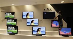<p>Schermi tv in esposizione alla fiera IFA (Internationale Funkaustellung ) di Berlino il 2 settembre scorso. REUTERS/Tobias Schwarz</p>