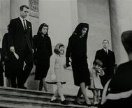 """<p>Imagen de archivo en que el hermano de John F. Kennedy, Robert (izq), la viuda de Kennedy (der), Jaqueline, y sus hijos Caroline y John Jr., en el servicio fúnebre del ex presidente estadounidense en Washington, 24 nov 1963. La saga de la familia Kennedy ya era una tragedia griega en la historia moderna de Estados Unidos, pero un libro que afirma que hubo un relación amorosa entre Robert F. Kennedy y la esposa de su hermano añade un nuevo capítulo al cuento. """"Bobby and Jackie: A Love Story"""" por C. David Heymann, de 64 años, describe el romance entre RFK y la ex primera dama Jacqueline Lee Bouvier Kennedy. Heymann dice en su libro que la relación comenzó meses después del asesinato en 1963 en Dallas del presidente John F. Kennedy y llegó a su fin aproximadamente cuando Robert anunció su intención de postularse a la presidencia a principios de 1968. REUTERS/Biblioteca JFK, Servicio de Parques Nacionales/Abbie Rowe/Archivo</p>"""