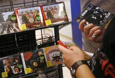 """<p>Clientes miran discos compactos de The Beatles durante un lanzamiento en Nueva York, 9 sep 2009. Los Beatles parecen estar listos esta semana para volver a dominar las listas británicas de pop, ya que se espera que el cuarteto de Liverpool ocupe cinco de los 20 puestos de discos más vendidos, dijo el jueves la Official Charts Company, que realiza la clasificación. Las versiones remasterizadas digitalmente de los discos de la banda salieron el miércoles a la venta, coincidiendo con el lanzamiento de un videojuego interactivo y despertando un breve regreso de la """"beatlemania"""", con personas haciendo fila en las grandes tiendas de música de Londres. REUTERS/Shannon Stapleton</p>"""