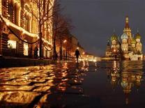 <p>Человек проходит мимо ГУМа (слева) в Москве 26 ноября 2007 года. Москвичей и жителей области на выходных ждет незначительное похолодание, будет менее солнечно, но осадки не предвидятся, свидетельствуют данные Гидрометцентра России, опубликованные на сайте www.meteoinfo.ru. REUTERS/Oksana Yushko</p>