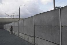 <p>People look through the a Berlin Wall memorial at the Bernauer Strasse in Berlin, August 13, 2009, after a ceremony to mark the anniversary of the building of the Berlin wall. REUTERS/Tobias Schwarz</p>