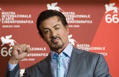 """<p>Ator Sylvester Stallone filmará uma cena com Bruce Willis e Arnold Schwarzenegger em sua nova aventura, """"Os Mercenários"""", que deve chegar ao cinema em 2010. REUTERS/Alessandro Bianchi</p>"""