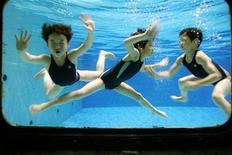 <p>Девочки плавают в бассейне в Шанхае 31 августа 2006 года. Плавание в бассейнах с хлорированной водой может увеличить у детей риск заболевания астмой и различными формами аллергии дыхательных путей, в том числе сенной лихорадкой, говорится в исследовании бельгийских ученых. REUTERS/Aly Song</p>