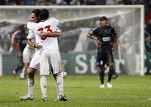 <p>I milanisti festeggiano un gol contro l'Olympique Marsiglia. REUTERS/Jean-Paul Pelissier</p>