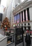 <p>Вид на здание фондовой биржи в Нью-Йорке 31 декабря 2008. 17 сентября 2001 года фондовая биржа Нью-Йорка NYSE возобновила работу после самого продолжительного перерыва в ее истории со времен Великой депрессии, который был вызван разрушительными терактами в США 11 сентября. REUTERS/Ray Stubblebine</p>