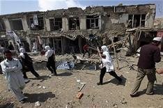 <p>Люди на месте взрыва в центре Кабула 17 сентября 2009 года. Экстремист-смертник подорвал броневик НАТО на дороге между посольством США и аэропортом в столице Афганистана Кабуле, сообщила полиция страны и журналисты Рейтер, ставшие очевидцами происшествия. REUTERS/Ahmad Masood</p>