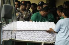 <p>Тело убитого боевика доставлено в полицеский госпиталь в Джакарте 17 сентября 2009 года. Один из самых разыскиваемых людей в Индонезии Нурдин Мохаммад Топ и трое его приближенных были убит в ходе полицейского рейда в центральной части острова Ява, сообщили местные правоохранительные органы. REUTERS/Stringer</p>