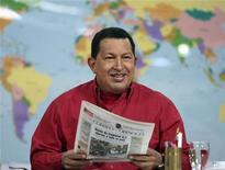 """<p>Президент Венесуэлы Уго Чавес ведет свою еженедельную телепрограмму """"Алло, президент"""" в Каракасе 13 сентября 2009 года. Недавно вернувшись из Москвы, президент Венесуэлы Уго Чавес с радостной улыбкой вглядывается в диаграммы и таблицы, цифры в которых относятся к его последним приобретениям вооруженной техники. REUTERS/Miraflores Palace</p>"""