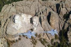 <p>Foto de archivo de unos jets F-18E volando junto al Monte Rushmore en Dakota del Sur, 11 mayo 2006. Un equipo de científicos británicos está preparándose para crear un modelo digital del Monte Rushmore, utilizando un escáner con láser a fin de que el monumento representativo de Estados Unidos sea recreado en caso de que resulte dañado. EDITORIAL USE ONLY REUTERS/Lt. Anthony Dobson-US Navy/Handout</p>
