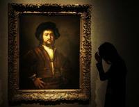 """<p>Una empleada posa para fotógrafos durante una exhibición para la prensa de una obra de Rembrandt en la casa de subasta Christie's en Londres, 18 sep 2009. Christie's sacará a la venta en diciembre lo que califica como una """"obra maestra"""" de Rembrandt y espera que alcance un valor de hasta 25 millones de libras, unos 41 millones de dólares, en lo que sería una subasta récord para el artista. La obra, titulada """"Retrato de un hombre, de medio cuerpo, con los brazos en jarras"""", fue pintada en 1658 y lleva sin ser visto en público casi 40 años. La última vez que se vendió en una subasta fue en 1930, cuando alcanzó 18.500 libras o el equivalente a seis millón es de libras de hoy en día. REUTERS/Stephen Hird</p>"""