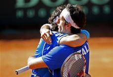 <p>La gioa di Simone Bolelli (a sinistra) e Potito Starace dopo la vittoria nel doppio contro la Svizzera nei playoff di Coppa Davis in corso a Genova. REUTERS/Giampiero Sposito (ITALY SPORT TENNIS)</p>