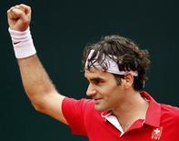 <p>O suíço Roger Federercomemora mais um ponto no jogo contra o italiano Simone Bolelli em Genova. REUTERS/Giampiero Sposito</p>