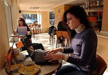 <p>Delle ragazze al computer in un caffè. REUTERS/Aladin Abdel Naby</p>