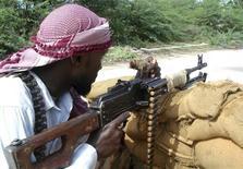 <p>Immagine d'archivio di un ribelle somalo. . REUTERS/Mowlid Abdi (SOMALIA CONFLICT)</p>