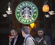 <p>Il logo di Starbucks Coffee. REUTERS/Toby Melville</p>