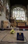 <p>La tumba del escritor William Shakespeare en la iglesia Holy Trinity Church en Stratford-upon-Avon, Inglaterra, 21 sep 2009. El tejado de la iglesia donde yacen los restos del escritor William Shakespeare corre el riesgo de desplomarse, dijo el lunes el grupo encargado de su conservación. REUTERS/ Eddie Keogh</p>
