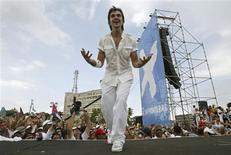 """<p>El cantante colombiano Juanes durante su espectáculo """"Paz Sin Fronteras"""" en la Plaza de la Revolución de La Habana, 20 sep 2009. Los cubanos dijeron el lunes que el concierto por la paz entre Cuba y Estados Unidos, ofrecido el fin de semana por el cantante colombiano Juanes ante cerca de un millón de personas, ayuda a romper décadas de aislamiento. REUTERS/Stringer</p>"""