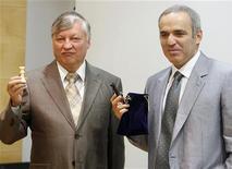 <p>Gli ex-campioni mondiali di scacchi Garry Kasparov (destra) e Anatoly Karpov. REUTERS/Heino Kalis</p>
