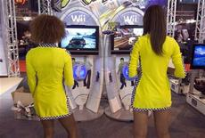 <p>Promotoras juegan con una consola Wii durante un evento en París, 17 sep 2009. Nintendo rebajará un 20 por ciento el precio de su popular videoconsola Wii, respondiendo a recortes similares de sus rivales Sony y Microsoft para intentar avivar la demanda. Nintendo señaló que reducirá en 50 dólares el precio de la Wii en Estados Unidos, a 199,99 dólares a partir del domingo. El precio en Japón bajará en 5.000 yenes, a 20.000 yenes, a partir del 1 de octubre. REUTERS/Charles Platiau</p>
