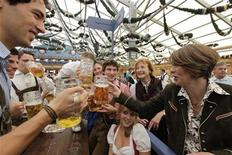 <p>Elke Buedenbender (R), wife of Frank-Walter Steinmeier, German Foreign Minister and candidate for chancellor of the Social Democratic Party (SPD) salutes with youths during her visit at the Munich Oktoberfest, September 23, 2009. REUTERS/Michael Dalder</p>
