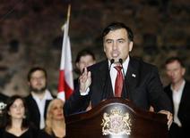 <p>Президент Грузии Михаил Саакашвили выступает с речью в Гори 7 августа 2009 года. Президент Грузии Михаил Саакашвили заявил в Генеральной Ассамблее ООН в четверг, что Тбилиси рано или поздно вернет отколовшуюся в прошлом году Абхазию. REUTERS/David Mdzinarishvili</p>