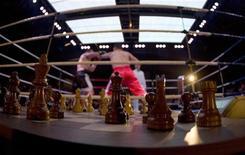 <p>Франк Штольдт из Германии (справа) наносит удар Дэвиду Депто из США на первом чемпионате мира по шахбоксу в полутяжелом весе, прошедшем 4 ноября 2007 года в Берлине. Боксеры, все в синяках и крови, только закончившие раунд на ринге в районе Митте в Берлине, снимают перчатки для того, чтобы сразиться в следующем испытании: партии быстрых шахмат. REUTERS/Tobias Schwarz</p>