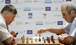<p>El ex campeón mundial del ajedrez Garry Kasparov (der) juega contra Anatoly Karpov en una revancha de su duelo de 1984 en Valencia, España, 24 sep 2009. La leyenda rusa del ajedrez Gary Kasparov ganó una revancha de la clásica pugna en el campeonato mundial de 1984 contra su compatriota Anatoly Karpov, poniendo fin a un torneo de 12 partidas con un resultado final de 9-3 en la ciudad española de Valencia. REUTERS/Heino Kalis</p>