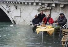 <p>Foto de archivo de unos gondoleros desayunando durante unas inundaciones en Venecia, Italia, 1 dic 2008. Un aumento de al menos dos metros en el nivel del mar es ahora casi inevitable, anunciaron el martes expertos en una conferencia sobre clima en la Universidad de Oxford. REUTERS/Manuel Silvestri</p>