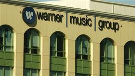 <p>Логотип Warner Music Group на штаб-квартире компании в Бербанке, США 5 августа 2008 года. Warner Music Group и принадлежащий Google Inc видеопортал YouTube заключили сделку, которая позволит снова размещать на популярном ресурсе клипы таких исполнителей как Мадонна и Green Day. REUTERS/Fred Prouser</p>