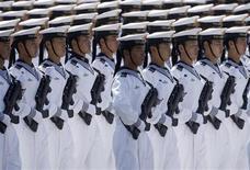 <p>Военнослужащие ВМС Китая на параде в Пекине 1 октября 2009 года. Китайская Народная Республика в четверг отметила 60-летний юбилей: в лучших социалистических традициях телевидение транслировало на всю страну грандиозный военный парад и многотысячную демонстрацию трудящихся. REUTERS/Jason Lee</p>