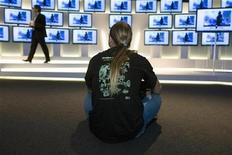 <p>A man watches a presentation of a new flat screen TV model at the Internationale Funkausstellung (IFA) consumer electronics fair in Berlin, September 7, 2009. REUTERS/Thomas Peter</p>