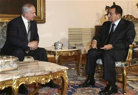 Israel's Prime Minister Benjamin Netanyahu (L) talks with Egypt's President Hosni Mubarak as they meet at the presidential palace in Cairo, September 13, 2009. REUTERS/Asmaa Waguih