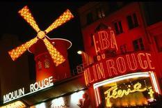 "<p>Кабаре ""Мулен Руж"" на Монмартре 31 августа 2001 года. 6 октября 1889 года в Париже открылось знаменитое кабаре ""Мулен Руж"". REUTERS/Ho New</p>"