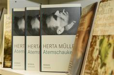 """<p>Copias del libro más reciente de la escritora alemana Herta Mueller, """"Atemschaukel"""", en Munich, 8 oct 2009. El primer premio Nobel de Literatura fue entregado en 1901 al poeta francés y filósofo Sully Prudhomme, quien en sus poemas mostró la """"rara combinación de las característas tanto del corazón como del intelecto"""". Con el paso de los años, el premio Nobel de Literatura ha distinguido los trabajos de autores de diferentes idiomas y culturas. El premio fue entregado tanto a desconocidos como a autores aclamados mundialmente. Cientoún premios Nobel de Literatura fueron entregados desde 1901. REUTERS/Michaela Rehle</p>"""